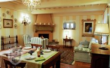 Living room with fireplace - Stone farmhouse with swimming pool