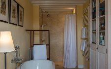Bathroom - Farmhouse in the vineyards