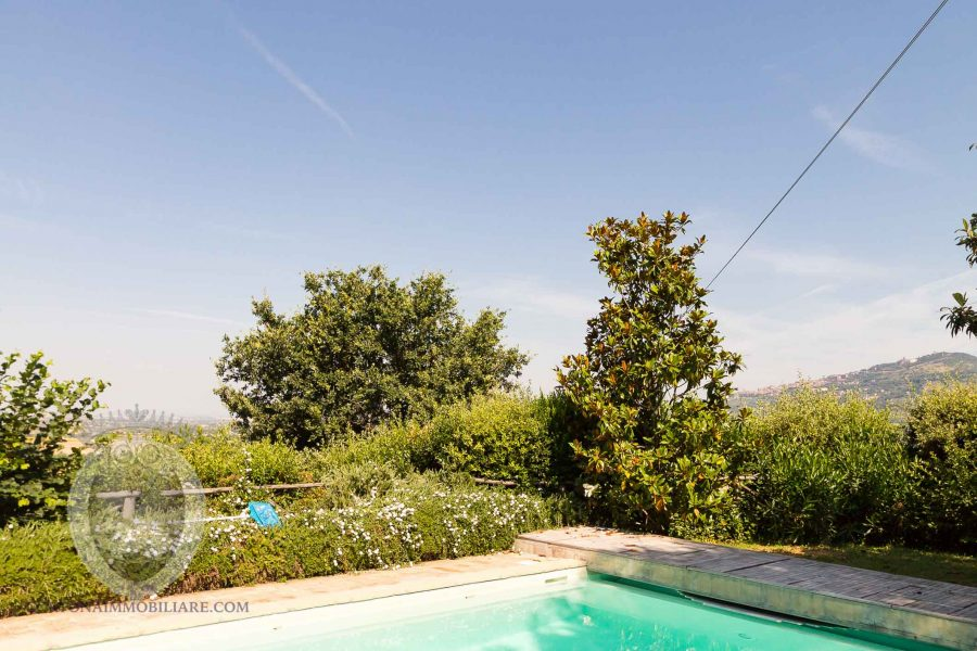 Colonica in pietra con vista e piscina