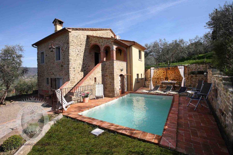 Colonica in pietra con piscina e loggia