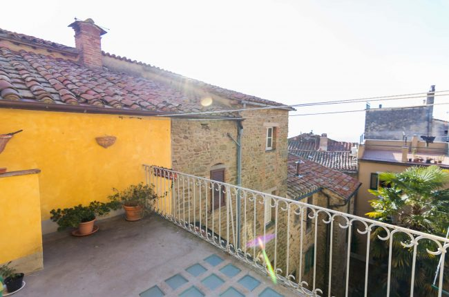 Appartamento con terrazza e affreschi