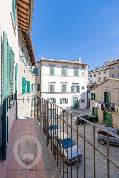 Renovated three-room apartment with balcony