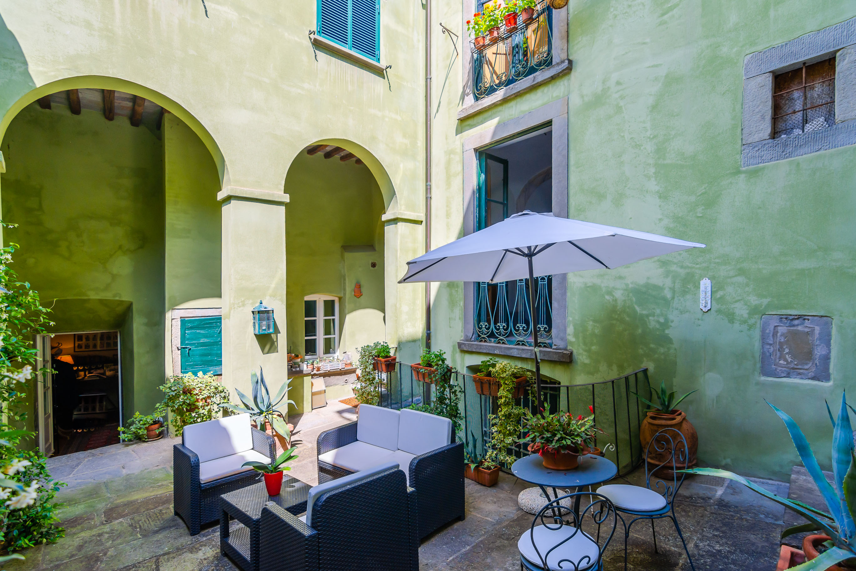 Apartment with courtyard and Dependance