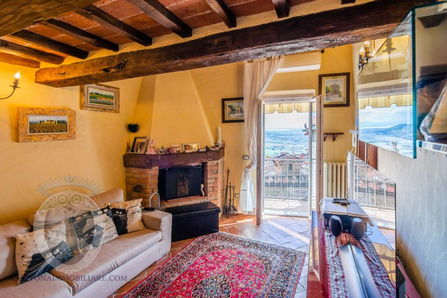 Townhouse with living room and terrace overlooking Lake Trasimeno