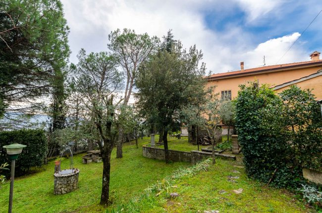 Property at the foot of Cortona in a hilly area